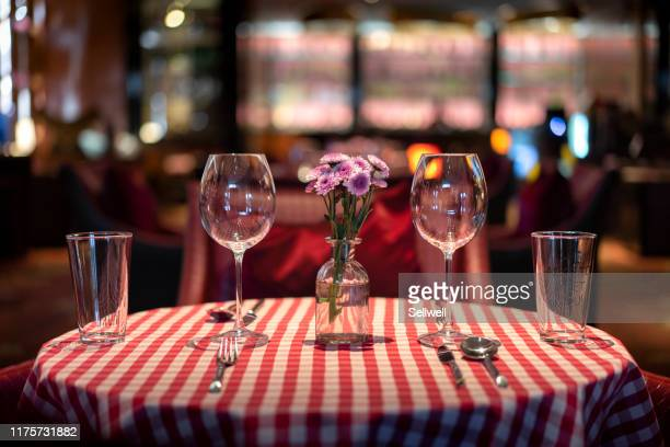 dining table in the luxury restaurant - restaurant stockfoto's en -beelden