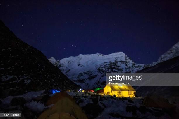 a dining tent at island peak base camp in nepal's khumbu region. - clima alpino foto e immagini stock