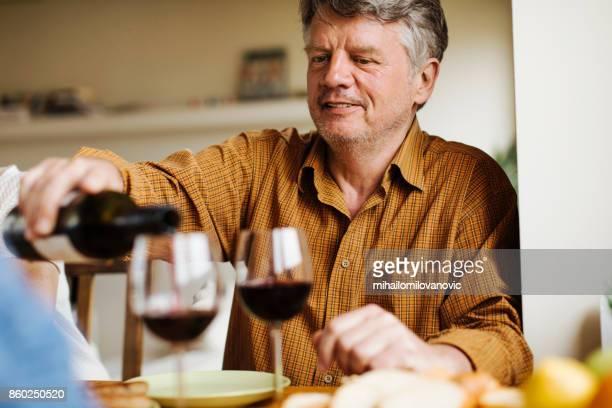 eten en wijn - alleen seniore mannen stockfoto's en -beelden