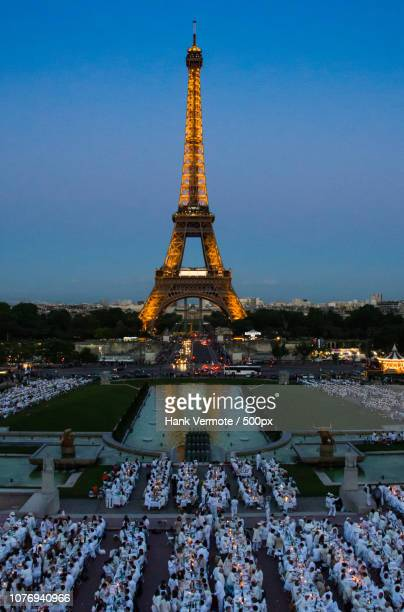 dinner at the eiffel - hank vermote stock pictures, royalty-free photos & images
