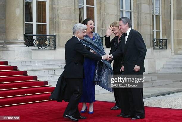 Dinner At The Elysee In Honnor Of Queen Elizabeth Ii L'arrivée des convives dans la cour de l'Elysée à PARIS Ernest Antoine SEILLIERE et son épouse...