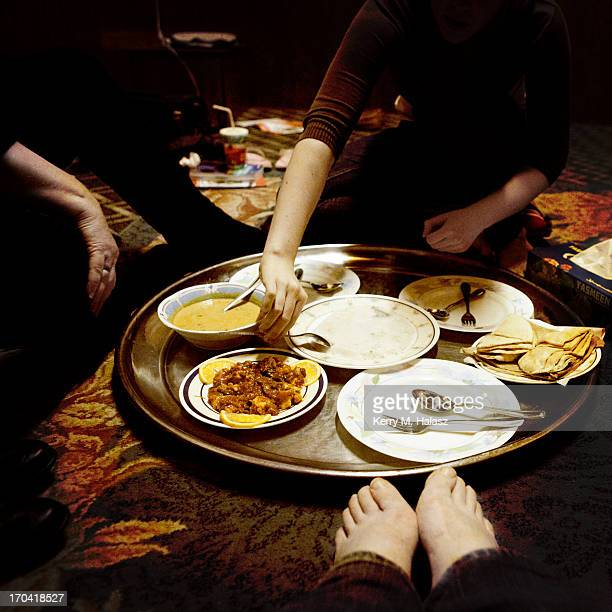 dinner - arab feet photos et images de collection