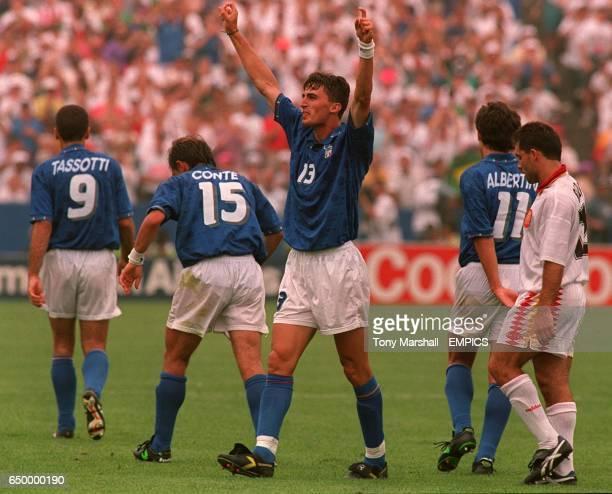 Dino Baggio, Italy, celebrates goal against Spain