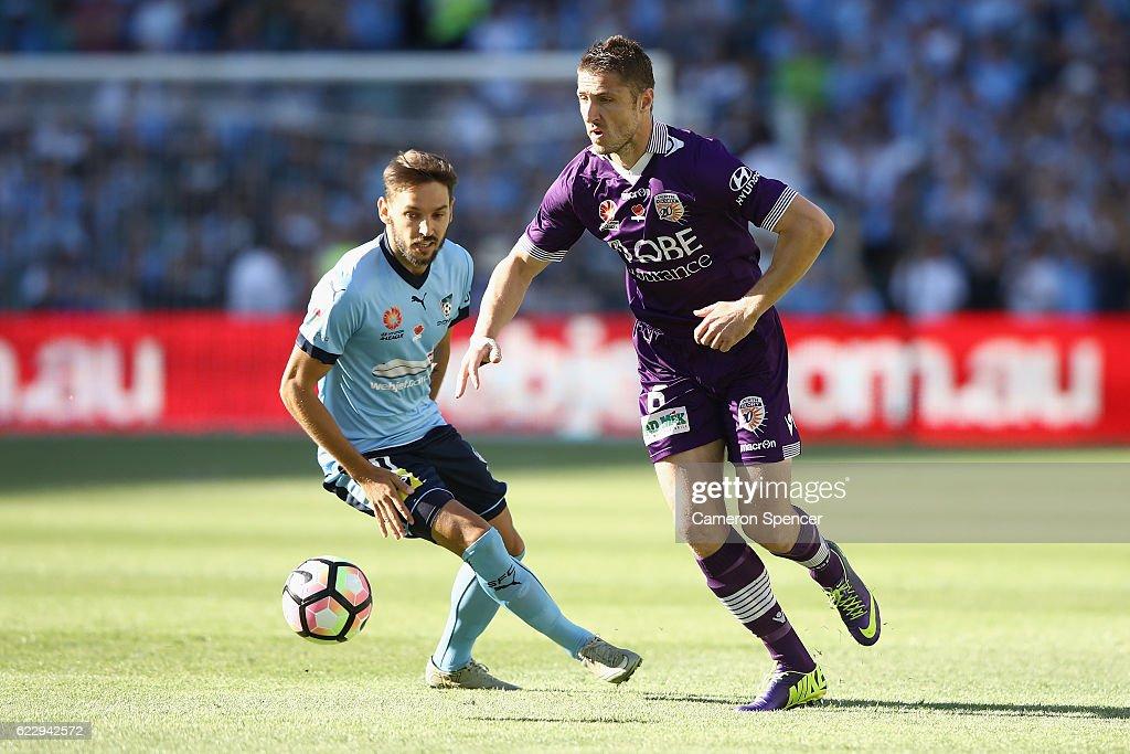 A-League Rd 6 - Sydney v Perth : News Photo