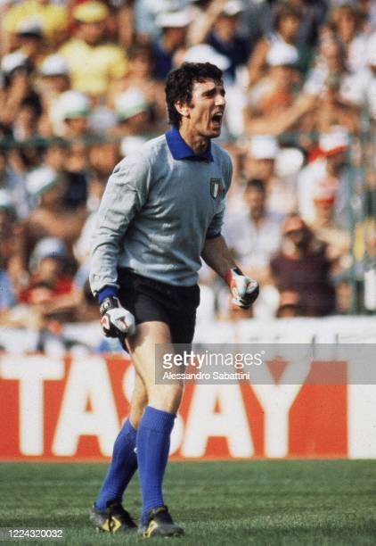 Dino Zoff of Italy issues instructions to his players during the World Cup Spain 1982 , Spain.