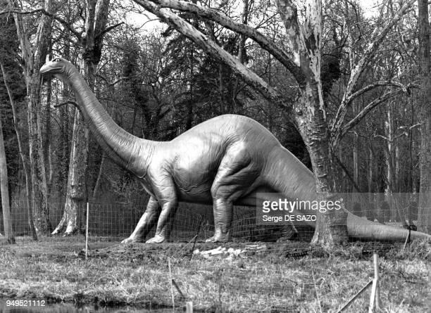 Dinosaure brontosaure dans le parc de SaintVrain dans l'Essonne France