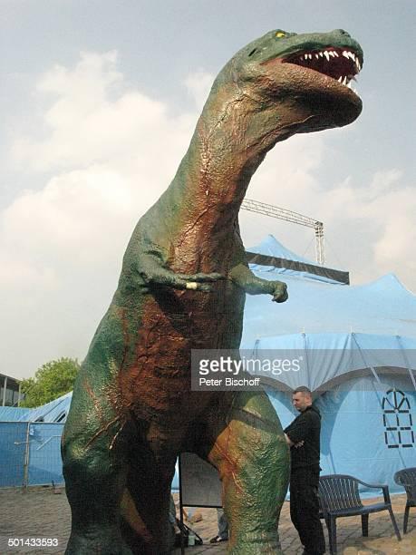 DinosaurierAustellung 'Die Welt der Dinos' 'Im Reich der Giganten' Messe Centrum Bremen Deutschland Europa Ausstellung ausgestorbenes Tier Zelt Reise...