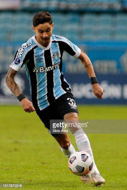 Diogo Barbosa of Gremio controls the ball during a match between Gremio and Lanus as part of group H of Copa CONMEBOL Sudamericana 2021 at Arena do...