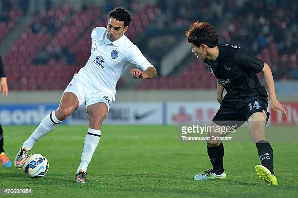 Diogo Luis Santo of Buriram United and Jung Seon-Ho of Seongnam FC competes for the ball during the Asian Champions League match between Seongnam FC...