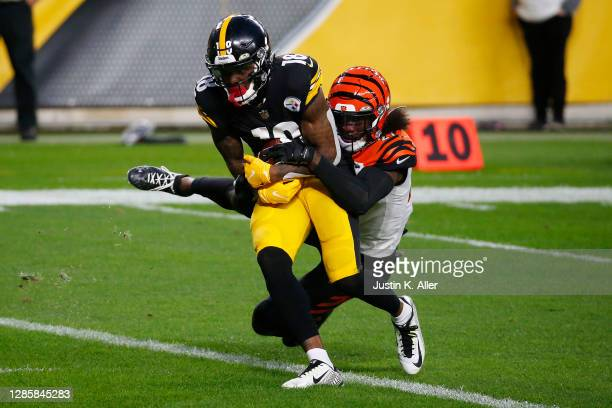 Diontae Johnson of the Pittsburgh Steelers catches a 12-yard touchdown against the Cincinnati Bengals during their NFL game at Heinz Field on...