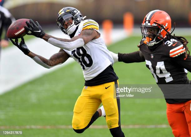 Diontae Johnson of the Pittsburgh Steelers catches a pass against Robert Jackson of the Cleveland Browns in the second quarter at FirstEnergy Stadium...