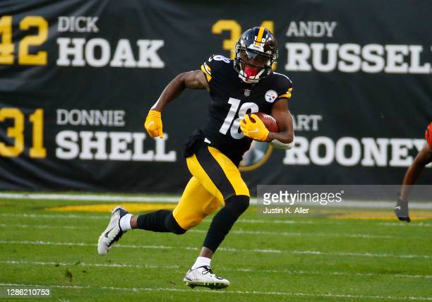 Diontae Johnson of the Pittsburgh Steelers in action against the Cincinnati Bengals on November 17, 2020 at Heinz Field in Pittsburgh, Pennsylvania.