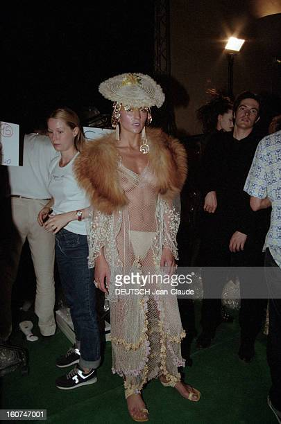 Dior By John Galliano - Couture Collection Fall Winter 1999-2000. Le 19 juillet 1999, dans la cadre de la présentation de la Collection haute couture...