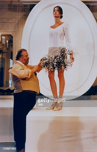 Dior Gianfranco Ferre and Stephanie Seymour in France in 1994 Hautecouture autumnwinter collection 9495 the artistic director Gianfranco Ferre along...