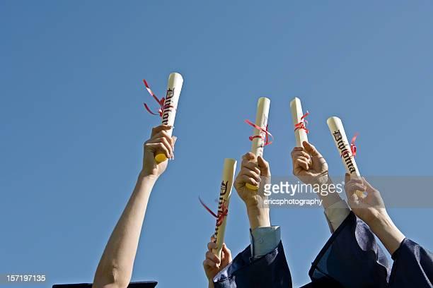 Diplomen gegen blauen Himmel