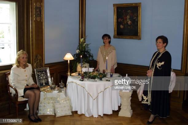Diplomaten Frauen decken Tisch landestypisch Tunesien