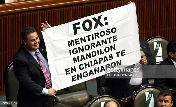 Diputados federales sostienen un cartel alusivo al presidente de Mexico Vicente Fox durante la presentacion del quinto infome de gobierno el 01 de...