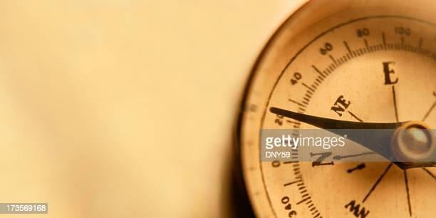 Spezielle Kompass auf der warmen goldenen Hintergrund