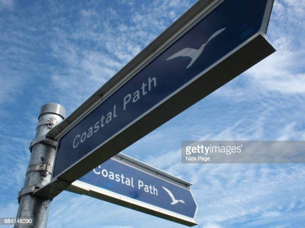a directional sign for a coastal footpath - insel wight stock-fotos und bilder