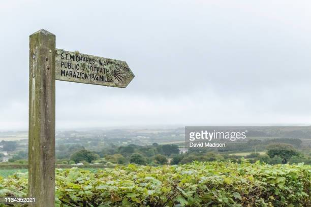 directional sign on footpath to marazion, cornwall - st michael's mount stock pictures, royalty-free photos & images