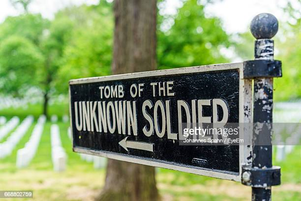 directional sign showing tomb of unknown soldier - tomb of the unknown soldier stock photos and pictures