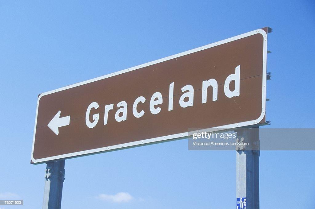 """Directional sign to Graceland, home of Elvis Presley, Memphis, TN"" : 圖庫照片"