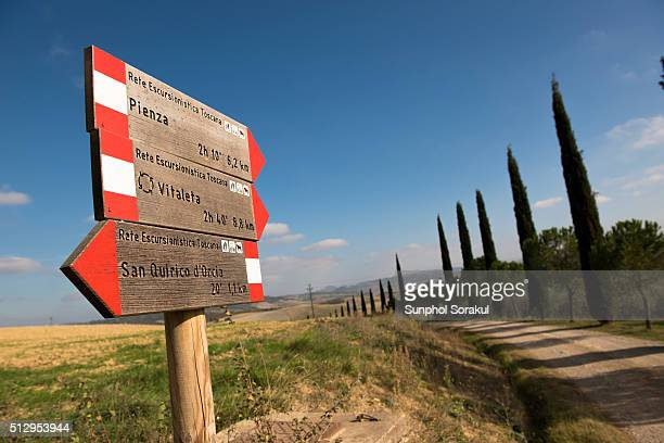 a directional sign to pienza, san quirico and vitaleta chapel in val d'orcia - san quirico d'orcia stock pictures, royalty-free photos & images