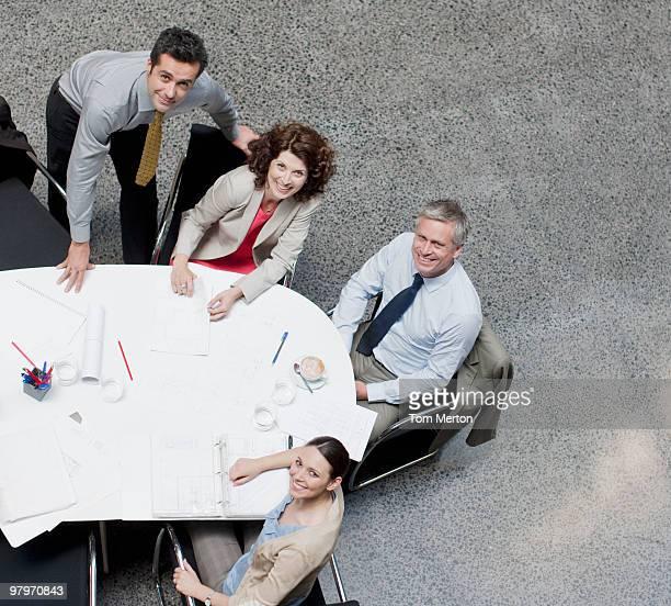 draufsicht geschäftsleute am konferenztisch - leitende person stock-fotos und bilder
