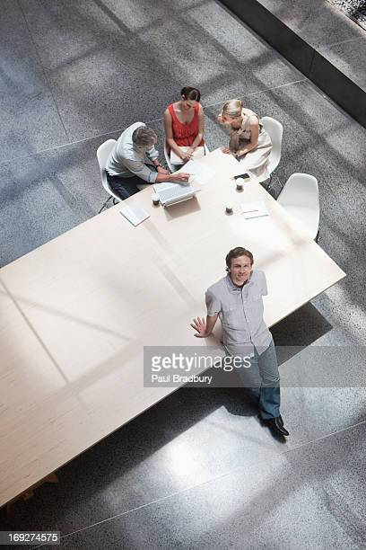 draufsicht geschäftsmann mit kollegen am konferenztisch - kleine personengruppe stock-fotos und bilder