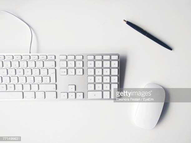 directly above of computer keyboard on table - computertoetsenbord stockfoto's en -beelden