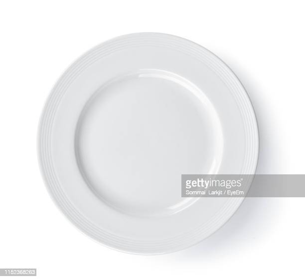 directly above of empty plate against white background - prato - fotografias e filmes do acervo