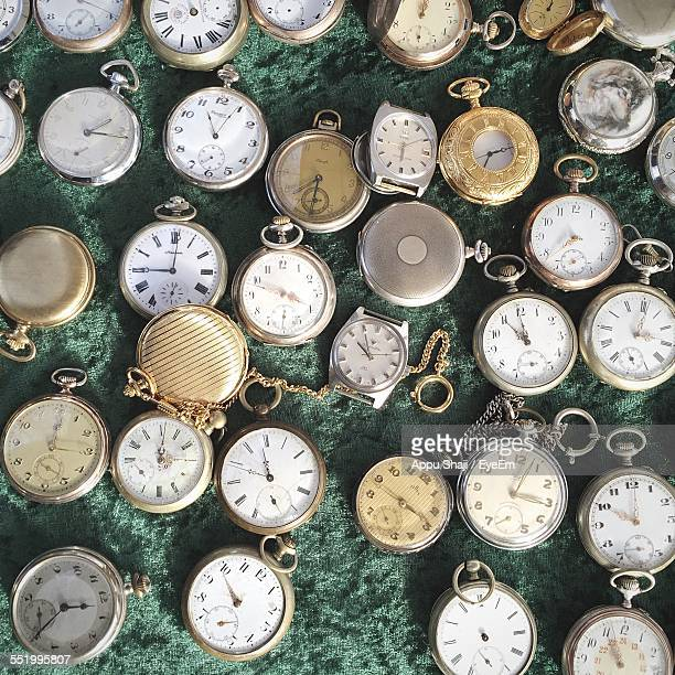 directly above of old fashioned pocket watches in shop - vergangenheit stock-fotos und bilder