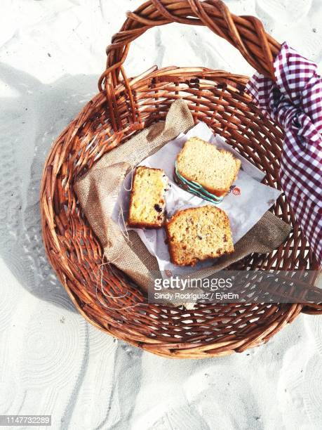 directly above shot of bread in basket on sand - panier photos et images de collection