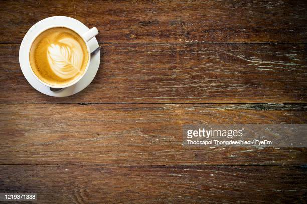 directly above shot of cappuccino on table - table top shot stockfoto's en -beelden