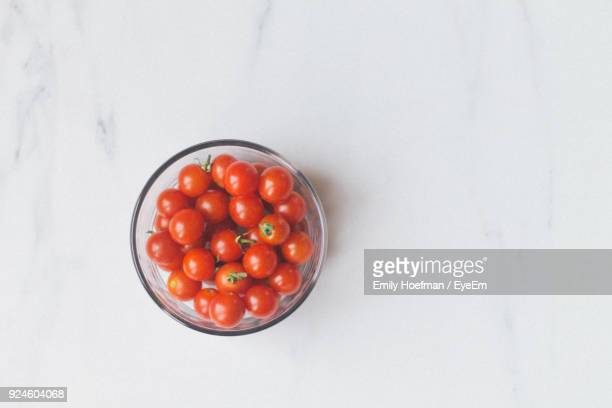 directly above shot of cherry tomatoes in bowl on table - marbre blanc photos et images de collection