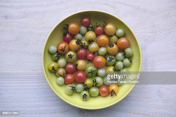 directly above shot of cherry tomatoes on table - paulien tabak 個照片及圖片檔