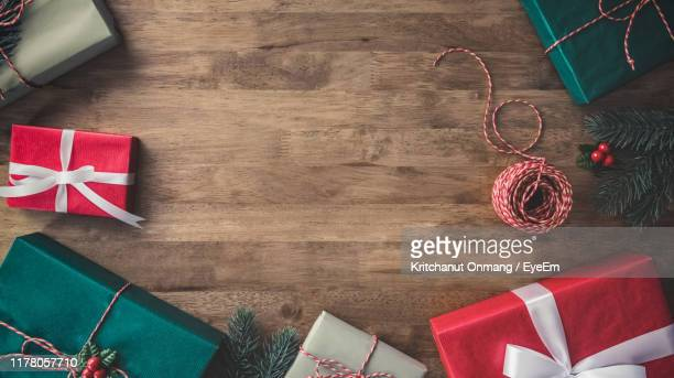 directly above shot of christmas presents on wooden table - フラットレイ ストックフォトと画像