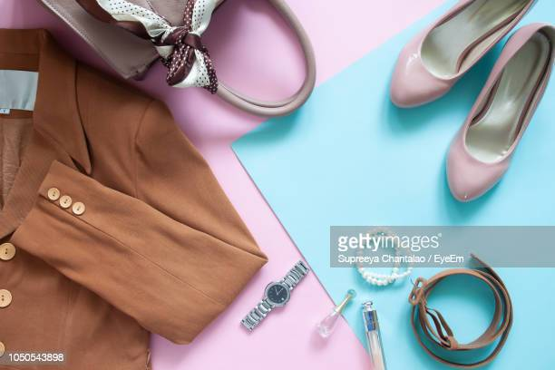 directly above shot of clothing with purse and shoes on table - vêtement pour femmes photos et images de collection