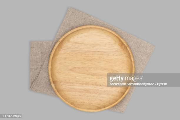 directly above shot of cutting board and napkin on gray background - planche à découper photos et images de collection