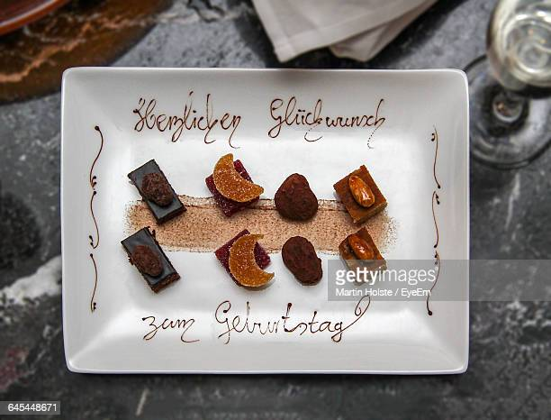 directly above shot of dessert served in plate with text - アルファベット以外の文字 ストックフォトと画像