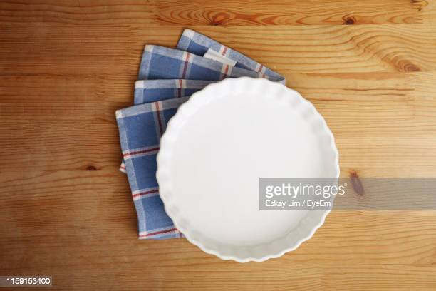 directly above shot of empty container with napkin on wooden table - テーブルナプキン ストックフォトと画像