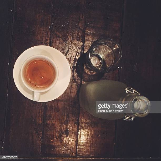 directly above shot of espresso coffee with bottle on table - klein foto e immagini stock