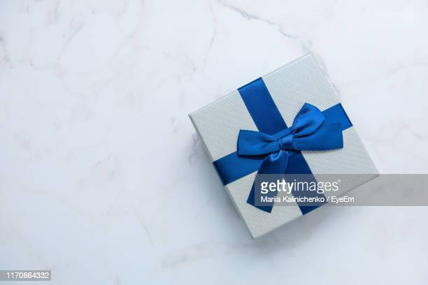 directly above shot of gift box on table - cadeau photos et images de collection