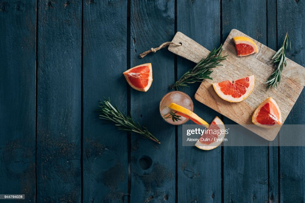 Directly Above Shot Of Grapefruits On Table : Stock Photo