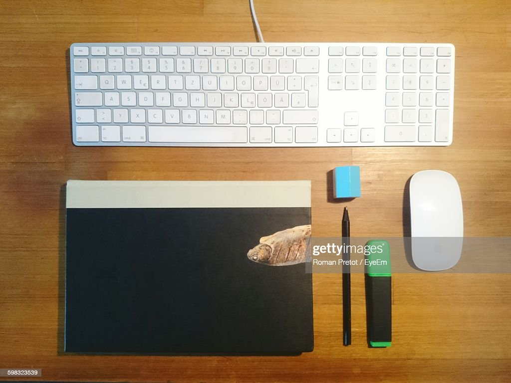 Directly Above Shot Of Keyboard By Diary And Pens On Wooden Table : Stock-Foto