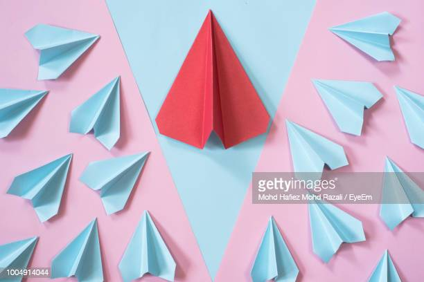 directly above shot of paper airplanes on table - gaivota - fotografias e filmes do acervo