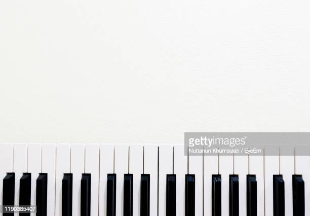 directly above shot of piano keys over white background - ピアノの鍵盤 ストックフォトと画像