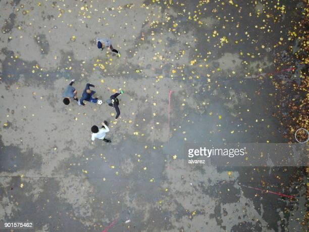 direkt ovanför skott av spelare dribblar bollen - drönarperspektiv bildbanksfoton och bilder