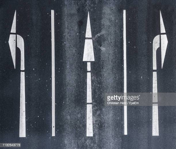 directly above shot of road markings - marca de rua - fotografias e filmes do acervo