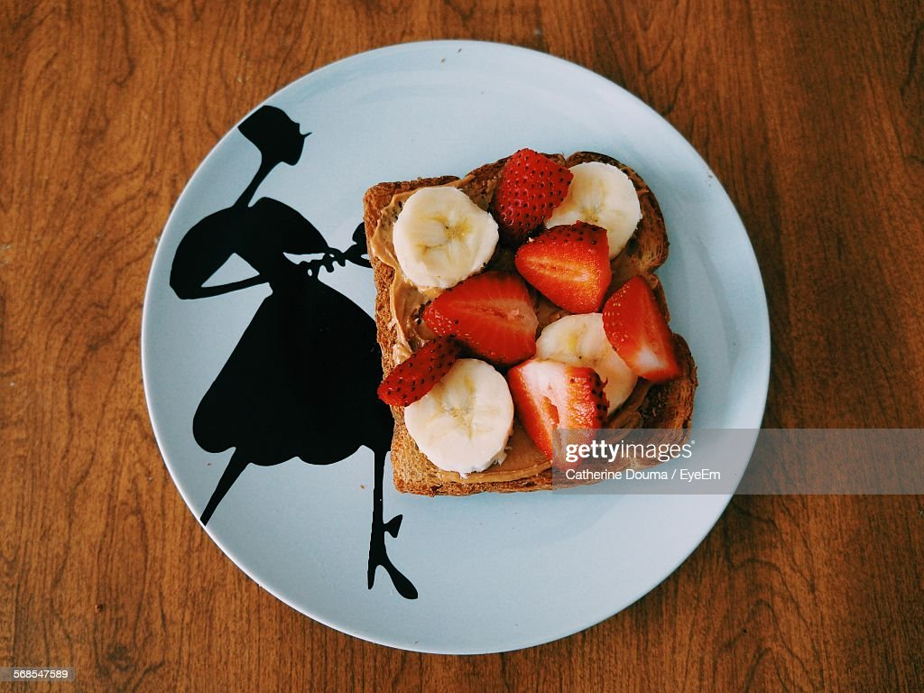 Directly Above Shot Of Sliced Strawberries And Bananas On Breads In Plate : Stock Photo